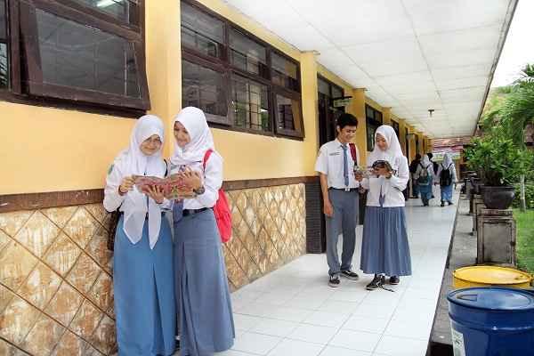Keceriaan Siswa di depan Kelas
