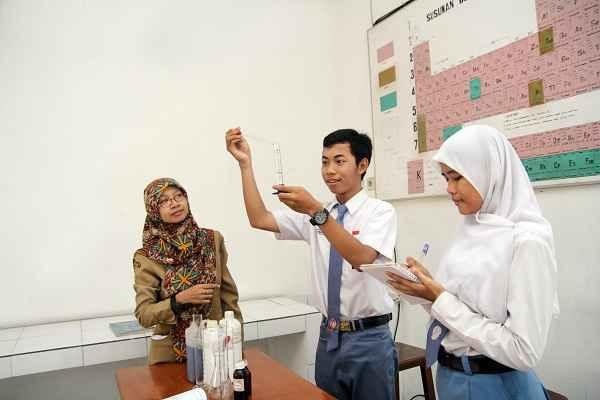 Praktikum di Lab. Kimia